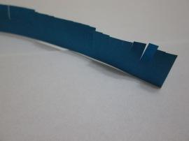 2. Vom cresta o lungime a fâşiei, astfel încât să rămână cca 0,5 cm de la baza fâşiei.