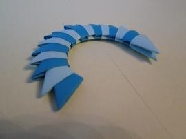 9. Toarta coşuleţului se confecţionează introducând ambele picioruşe ale unei piese în buzunăraşele altei piese. În total vei avea nevoie de 16 piese!