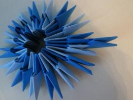 4. Coşuleţul prezentat va avea nevoie de 4 rânduri de module. Astfel, va trebui să adaugi rândurile III introducând modulele origami la fel ca în imagine.